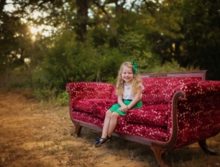 KT_photography_Gold_Dust_vintage_rentals_wedding_event_phoot_shoot_christmas_mini_shoot_Styled_red_sofa (400x304)